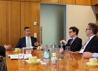 Oberbürgermeister Udo Bausch tauscht sich mit IHK-Vertretern aus