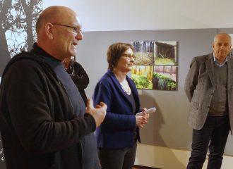 Fotografen Frank Möllenberg, die Leiterin des Stadtarchivs, Gudrun Senksa (Mitte), sowie Reinhard Ebert, städtischer Bereichsleiter für Natur- und Umweltschutz (Hintergrund) bei der Ausstellungseröffnung