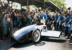 Hut ab vor dieser Leistung: Fritz von Opel wird nach seinem wilden Ritt im RAK 2 gefeiert. Das ursprüngliche Schwarzweiß-Pressefoto von 1928 hat Opel anlässlich des 90. Jubiläums der Rekordfahrt auf Basis historischer Fakten aufwändig koloriert.