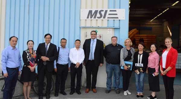 Auf dem Foto Rundgang bei MSI sehen Sie als Fünften von links Parteisekretär Xu Gang und rechts daneben Geschäftsführer Tim Tartsch. Sie sehen außerdem als Vierte von rechts Anja Warnecke Bi (Netzwerkmanagerin China) und ganz rechts Lisa Holzmann (stellvertretende Geschäftsführerin).