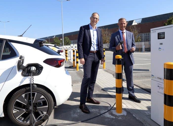 Oberbürgermeister Udo Bausch (li) und Ralph Wangemann, Arbeitsdirektor der Opel Automobile GmbH, nehmen die erste Rüsselsheimer Ladefarm mit 152 Ladepunkten in Betrieb.
